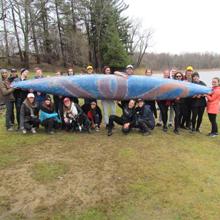 La délégation de la société technique Canoë de béton et leur embarcation « Lotus » sur les lieux de la compétition étudiante de la conférence Upstate New York, à Rochester, aux États-Unis.