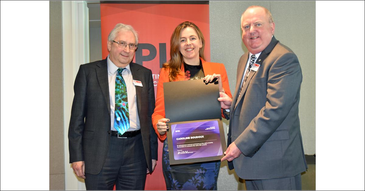 David Andrews, président élu de la société SPIE, Caroline Boudoux, professeure titulaire au Département de génie physique, et John Greivenkamp, président de la société SPIE. (Photo : SPIE)