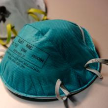 Les masques N95 pourraient bientôt être réutilisés grâce à des procédures adaptées par des professeures et des professeurs de Polytechnique. (Photo : Debora Cartagena, USCDCP, licence CC0/Pixnio)