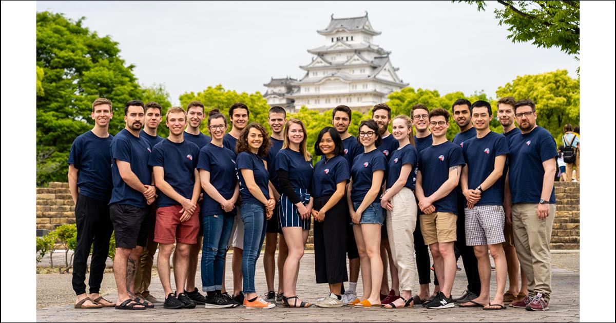 Les membres de l'édition 2019 de Poly-Monde, accompagnés du professeur Marcellin Joanis (à droite), devant le château Himeji lors de leur mission industrielle au Japon. (Photo : Poly-Monde)