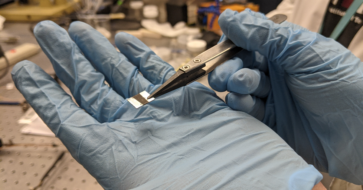 Une fois déposée en fine couche, l'eumélamine se substitue à d'autres matériaux conducteurs d'électricité.