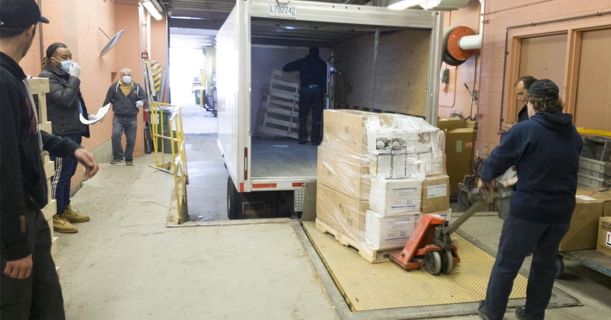 Des membres du personnel de Polytechnique et du CIUSS du Centre-Ouest-de-l'île-de-Montréal ont transféré dans un camion les palettes contenant le matériel de protection individuelle à l'intention du personnel soignant du réseau de la santé.