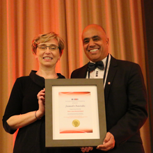 De gauche à droite : Donna Jean Kilpatrick, présidente de la Société canadienne de génie chimique; Jamal Chaouki, professeur titulaire au Département de génie chimique de Polytechnique Montréal et lauréat du prix R.S. Jane Memorial Award.