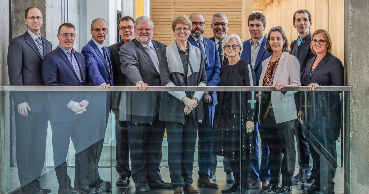 Les dignitaires présents à l'annonce du renouvellement du programme de recherche UQAT-Polytechnique en environnement minier. (Photo : Mélissa Roy)