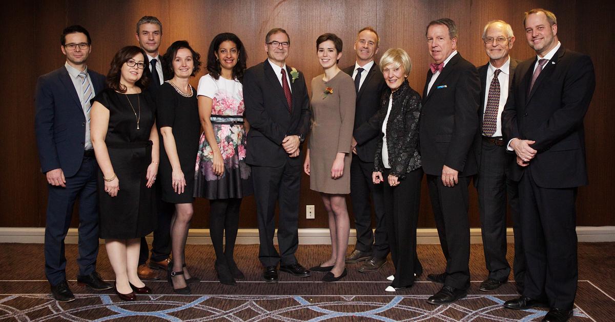 De gauche à droite : M. Pascal Grenier, vice-président, Ingénierie, Exploitation et Innovation mondiales de CAE; Mme Fabienne Lacoste, présidente et chef de la direction de gestion FÉRIQUE et présidente d'honneur du Gala Prix Mérite; M. Jean-Philippe Para