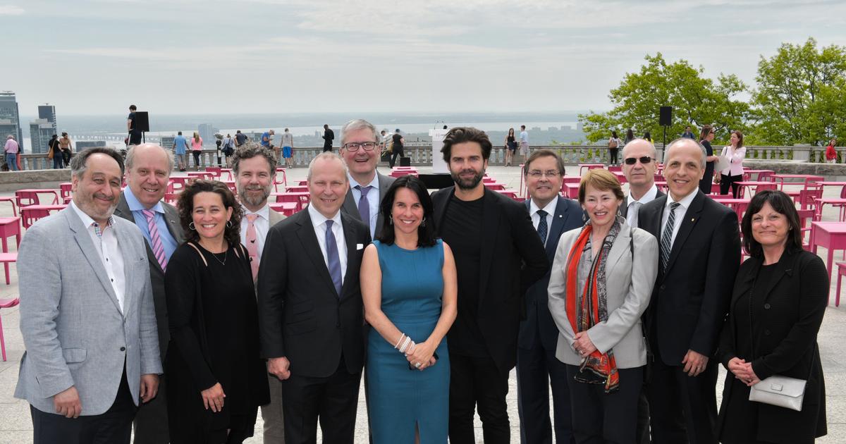 Les représentants des établissements universitaires partenaires de la campagne « 10 ensemble » qui étaient présents à l'inauguration de l'installation artistique La classe nomade sur le belvédère du mont Royal le 25 mai 2018.