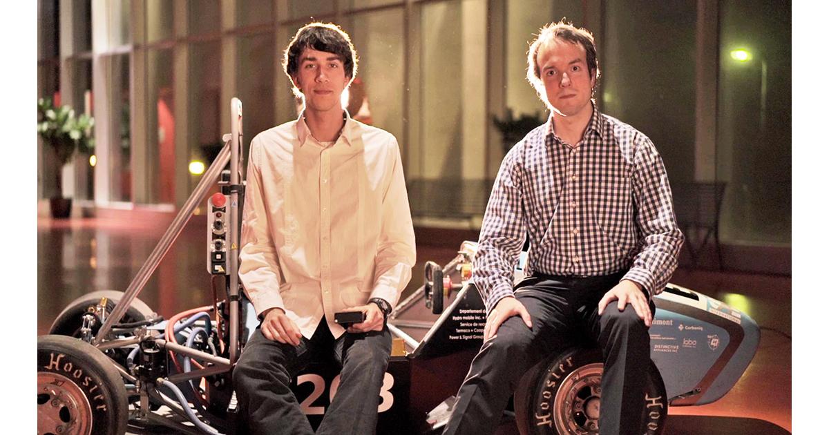 phaël Neveu et Hugues Marceau, diplômés au baccalauréat en génie électrique de Polytechnique Montréal et cofondateurs d'Autonom, avec le véhicule de la société technique Poly eRacing.