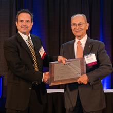 De gauche à droite : Gordon Stüber, président du comité des prix de la société IEEE-VTS; David Haccoun, professeur émérite au Département de génie électrique de Polytechnique Montréal.