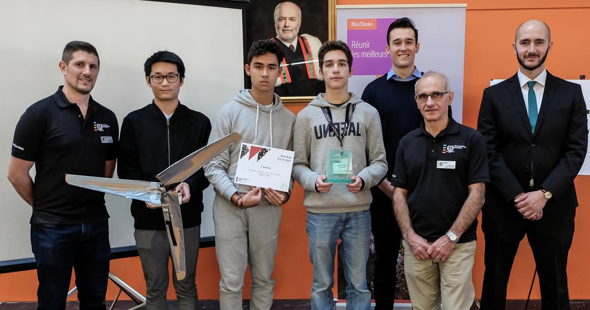 De gauche à droite :  David Saussié, professeur agrégé au Département de génie électrique de Polytechnique Montréal; Stanley Wu, Maxime Berthout et Benjamin Saglietto, de l'équipe Red Tornado, du Collège international Marie-de-France, qui s'est méritée la