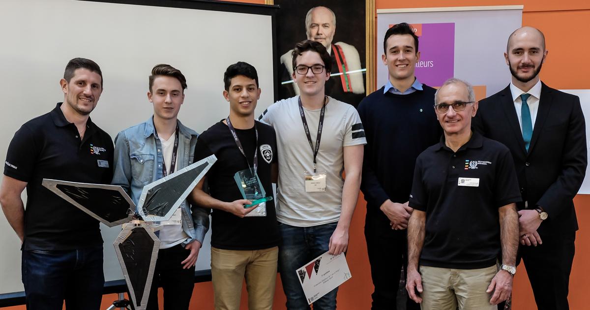 De gauche à droite :  David Saussié, professeur agrégé au Département de génie électrique de Polytechnique Montréal; Alexandre Gauthier, Dhia-Eddine Assli et Antoine Lefebvre, de l'équipe XEU, du Cégep international de Lanaudière à L'Assomption, qui a obt