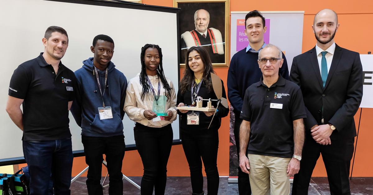 De gauche à droite :  David Saussié, professeur agrégé au Département de génie électrique de Polytechnique Montréal; Boris Ehounou, mentor de l'équipe Les têtes en l'air; Cindy Ehounou et Yasmine Elghali, de l'équipe Les têtes en l'air, du Cégep Édouard-M