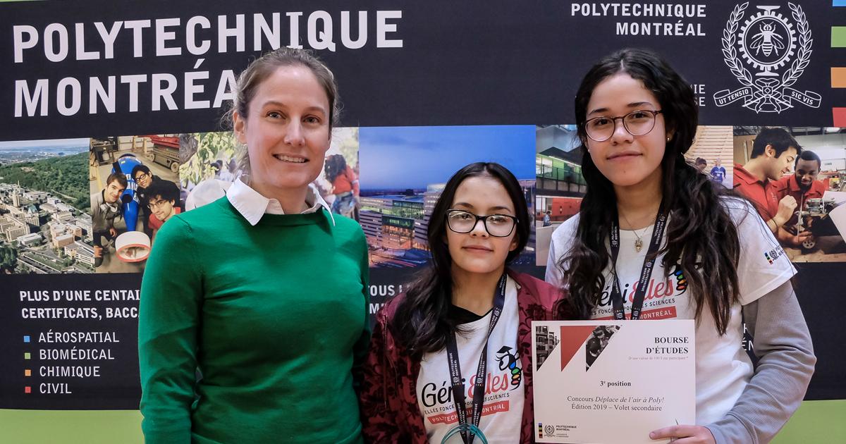 De gauche à droite : Marie-Pier Paquin, conseillère principale, Technologie, croissance et innovation chez Rio Tinto Canada; Valentina Vallejo Banol et Luz Karine Esmeral Barranco, de l'équipe Valu, de l'École de la Haute-ville, qui a obtenu la troisième
