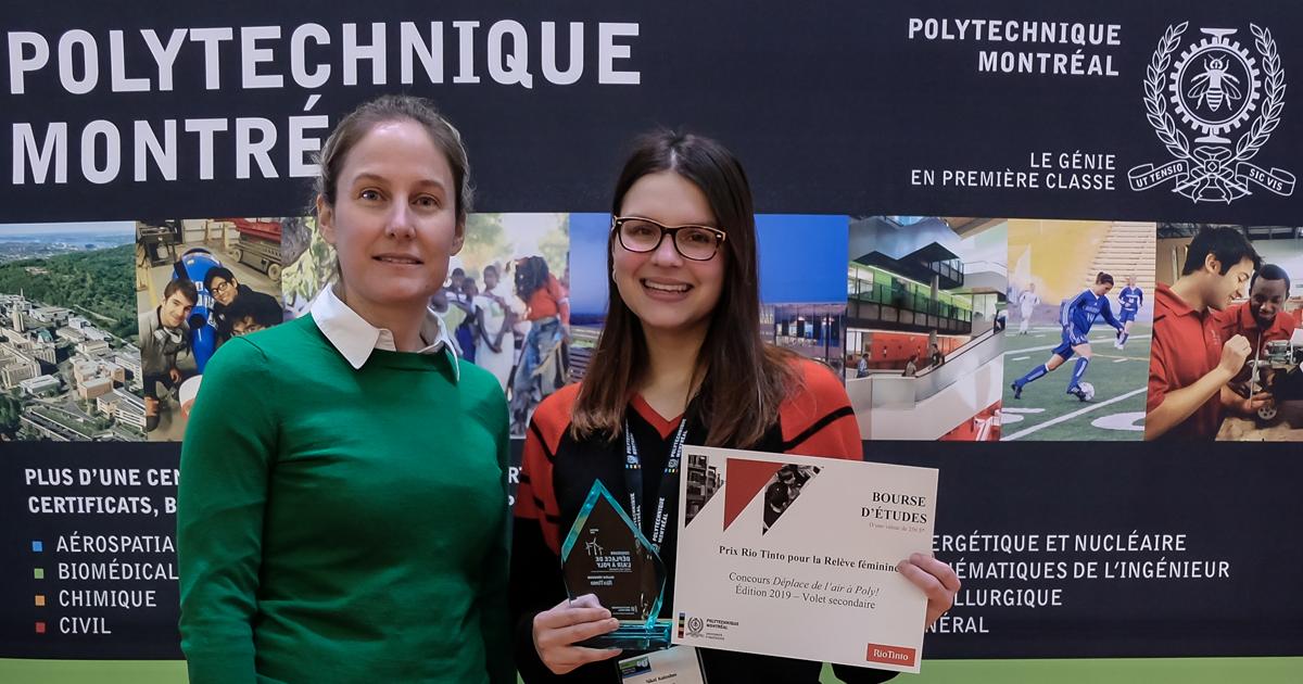 De gauche à droite : Marie-Pier Paquin, conseillère principale, Technologie, croissance et innovation chez Rio Tinto Canada; Nikol Kuleshov, étudiante à l'École secondaire Saint-Luc, qui a obtenu un prix « Relève féminine » dans le cadre du volet secondai