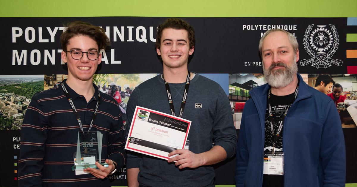 Deuxième position : l'équipe Les Éléobros du Collège de Maisonneuve. De gauche à droite : Martin Giard; Gianluca Perreault; le mentor Pascal Pelletier-Boudreau.