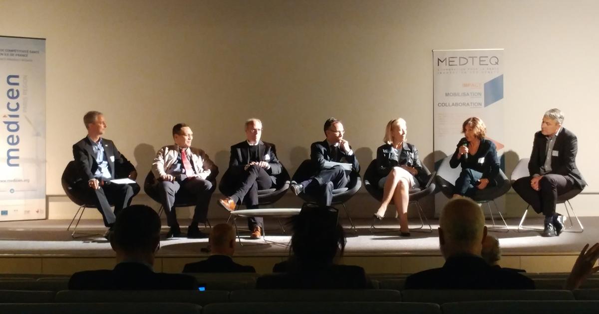Carl-Éric Aubin (au centre), participant au deuxième Forum franco-québécois d'innovation en santé, à Paris