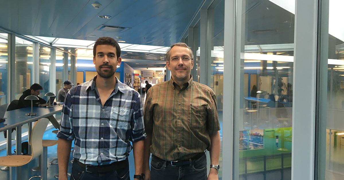 De gauche à droite : Karim Achouri, étudiant au doctorat au Département de génie électrique de Polytechnique Montréal; Christophe Caloz, professeur titulaire au Département de génie électrique de Polytechnique Montréal.