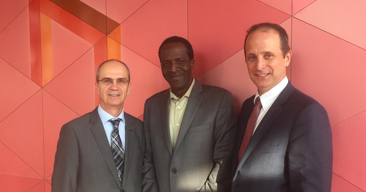 Philippe A. Tanguy, directeur général de Polytechnique Montréal; Oumarou Savadogo, professeur titulaire au Département de génie chimique de Polytechnique Montréal; Louis Fradette, directeur du Département de génie chimique de Polytechnique Montréal.