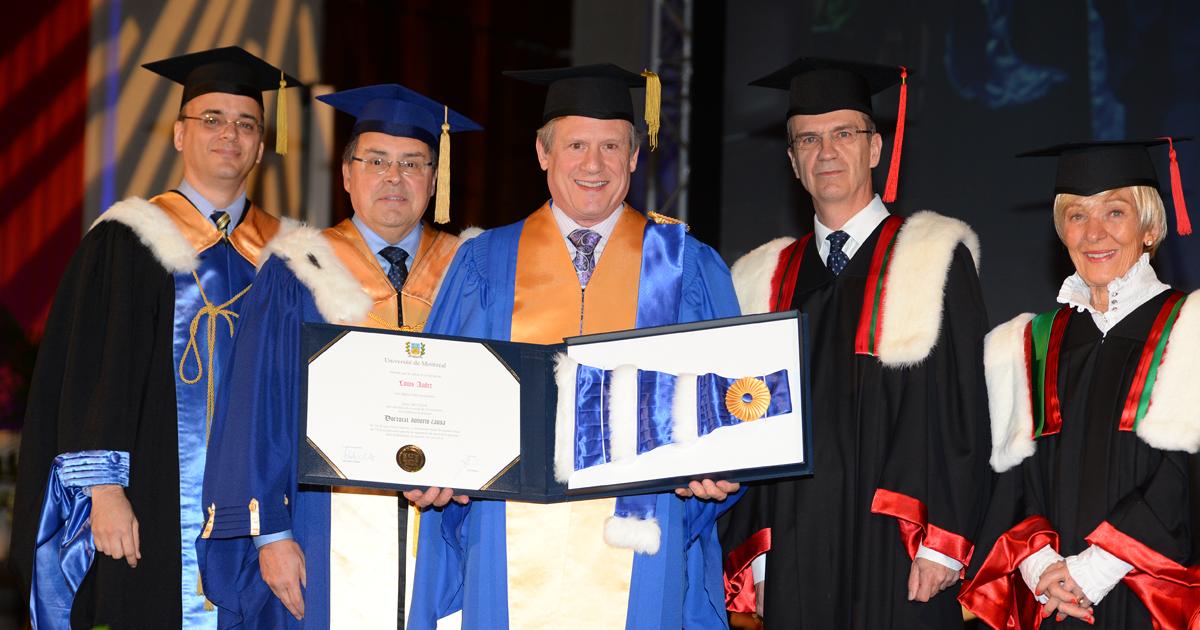De gauche à droite : Alexandre Chabot, secrétaire général de l'Université de Montréal; Guy Breton, recteur de l'Université de Montréal; Louis Audet, président et chef de la direction de Cogeco et Cogeco Communications et récipiendaire d'un doctorat honori