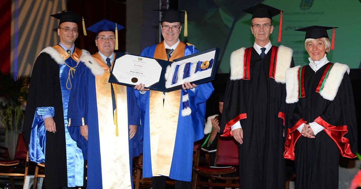 De gauche à droite : Alexandre Chabot, secrétaire général de l'Université de Montréal; Guy Breton, recteur de l'Université de Montréal; Pierre Boucher, directeur d'Epique Innovation et d'Innovation ENCQOR et récipiendaire d'un doctorat honoris causa sur r