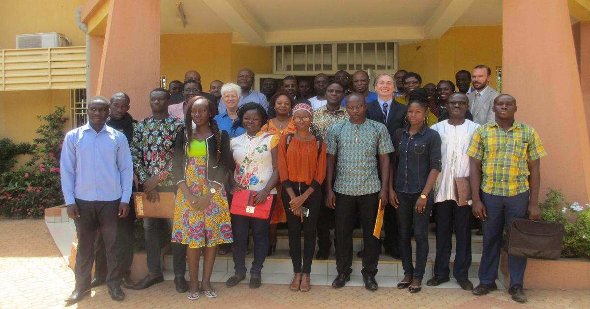Photo prise lors du lancement officiel du programme de master en environnement et gestion des rejets miniers de l'Université OuagaI Professeur Joseph Ki-Zerbo, au Burkina Faso.