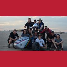 La délégation de la société technique Formule Polytechnique Montréal, avec leur monoplace et leur trophée, sur les lieux de l'édition 2018 de la compétition étudiante Formula SAE Lincoln, à Lincoln, au Nebraska. (Photo : Formule Polytechnique Montréal)