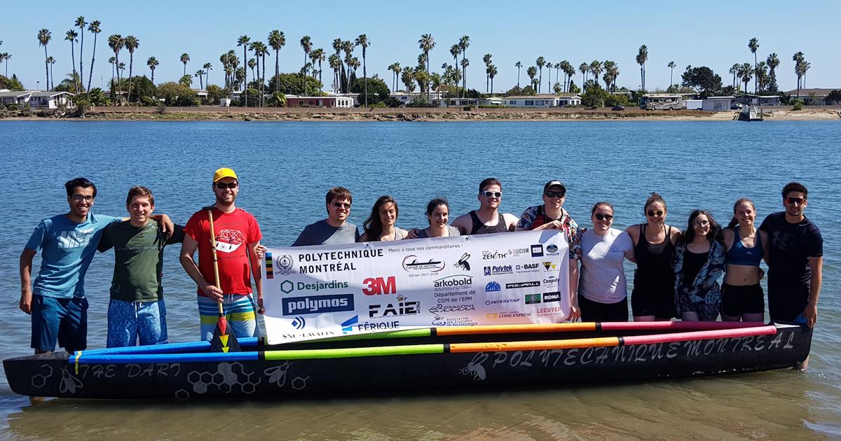 La délégation de la société technique Canoë de béton et son embarcation sur le site de l'édition 2018 de la compétition National Concrete Canoe Competition, à San Diego, en Californie.
