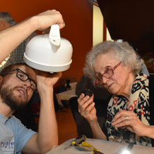 Un bénévole et une participante tentent de réparer une bouilloire.