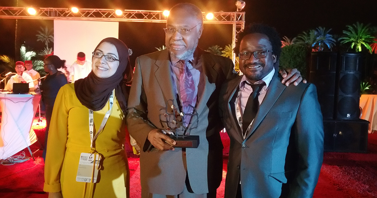 Le professeur Samuel Pierre, lors de la remise du Prix Mohamel El-Fasi de l'Agence universitaire de la Francophonie (AUF), entouré de deux membres du centre ISTEAH-CITID qu'il dirige.