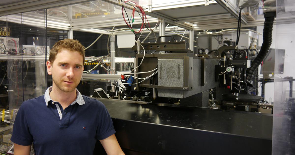 Sébastien Loranger, stagiaire postdoctoral au Département de génie physique, dans le laboratoire Fabulas du Centre de recherche Poly-Grames de Polytechnique Montréal.