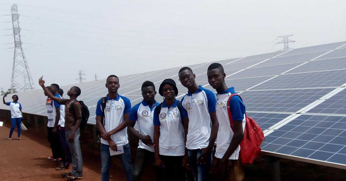 Des étudiants de l'Institut de formation en technologies solaires appliquées (IFTSA) visitant la centrale solaire de Zagtouli, au Burkina Faso (Photo : Projet « Technologie solaire appliquée pour les pays de l'UÉMOA »)