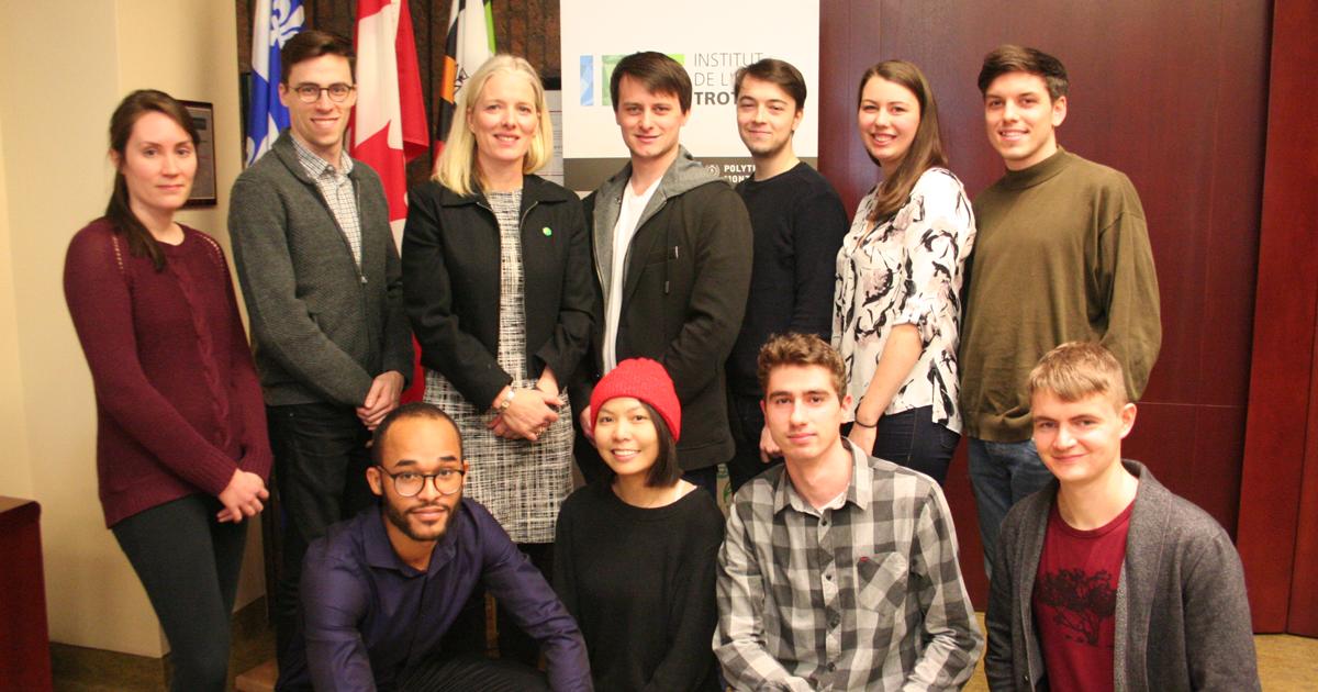 L'honorable Catherine McKenna, ministre de l'Environnement et du Changement climatique, accompagnée d'étudiants au baccalauréat en génie mécanique de Polytechnique Montréal et d'étudiants d'HEC Montréal et l'Université de Montréal.
