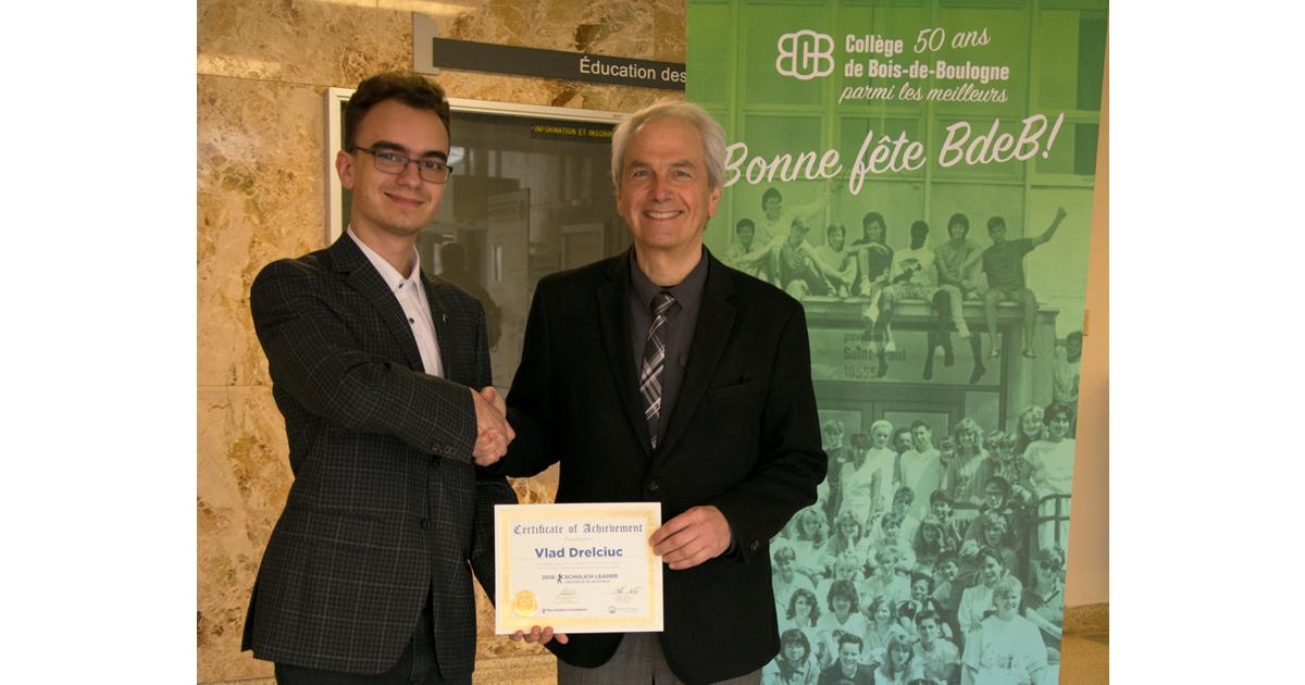 Vlad Drelciuc recevant les félicitations de Maurice Piché, directeur général du Collège de Bois-de-Boulogne