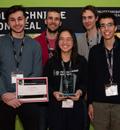 Première position: l'équipe AKA Ventus du Collège Jean-de-Brébeuf. De gauche à droite : Ken Zaghib; le mentor François Meunier; Anne Xuan-Lan Nguyen; le mentor Antoine Doray; Ahmed Hammoud.
