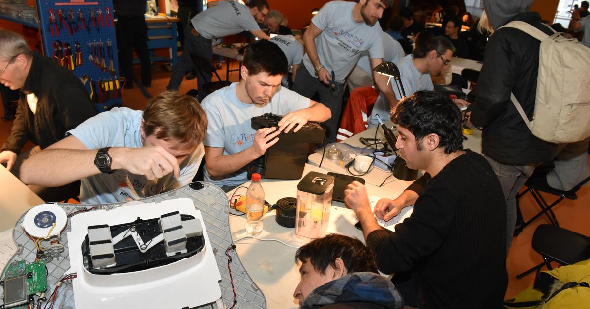 Des bénévoles et des participants essaient de donner une deuxième vie à des objets brisés lors du deuxième Repair café de Polytechnique Montréal.