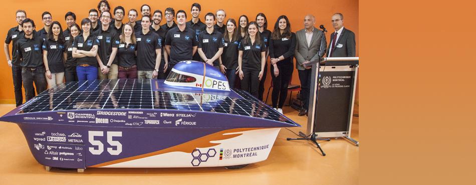 Le comité étudiant Projet Esteban, Coordonnateur des ressources et sociétés techniques au Département de génie mécanique Eduardo Olivera, le directeur général Philippe A. Tanguy et le véhicule solaire Esteban 9.